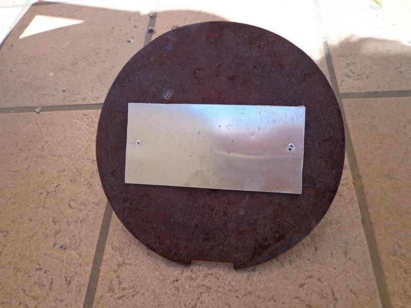 plaque aluminium poli sur le fond du four solaire.
