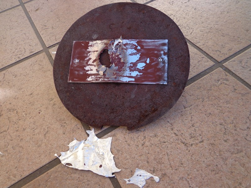 plaque aluminium noirci sur le fond du four solaire.