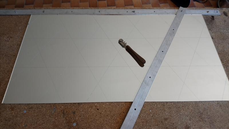 table de découpe hexagones rayés